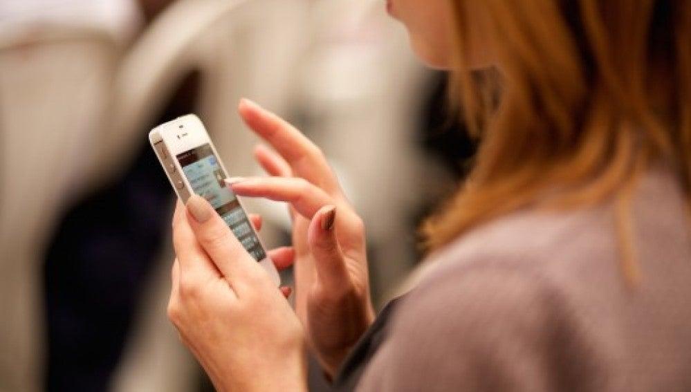 Mujer mandando mensaje de texto