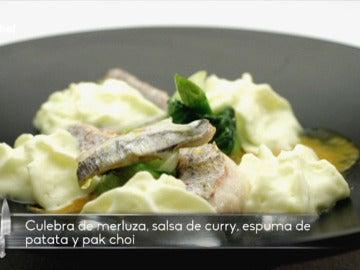 Culebra de merluza y su cococha nadando en curry