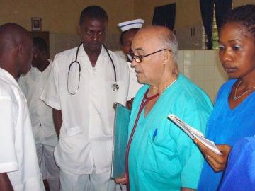 Manuel García Viejo, en el centro de Sierra Leona en el que trabaja