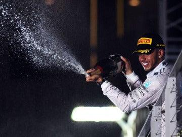 Hamilton, con el champán de la victoria