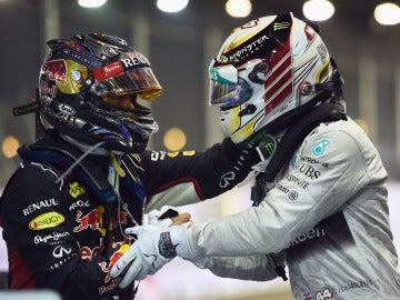 Vettel saluda a Hamilton