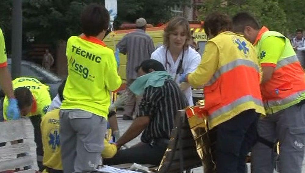 Uno de los cinco apuñalados en Lleida es atendido por los servicios de emergencia