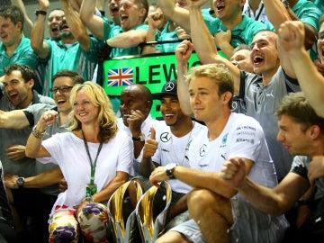 Hamilton festeja su triunfo junto al resto del equipo