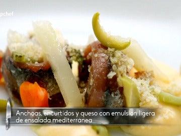 Ensalada de anchoas, encurtidos, queso curado
