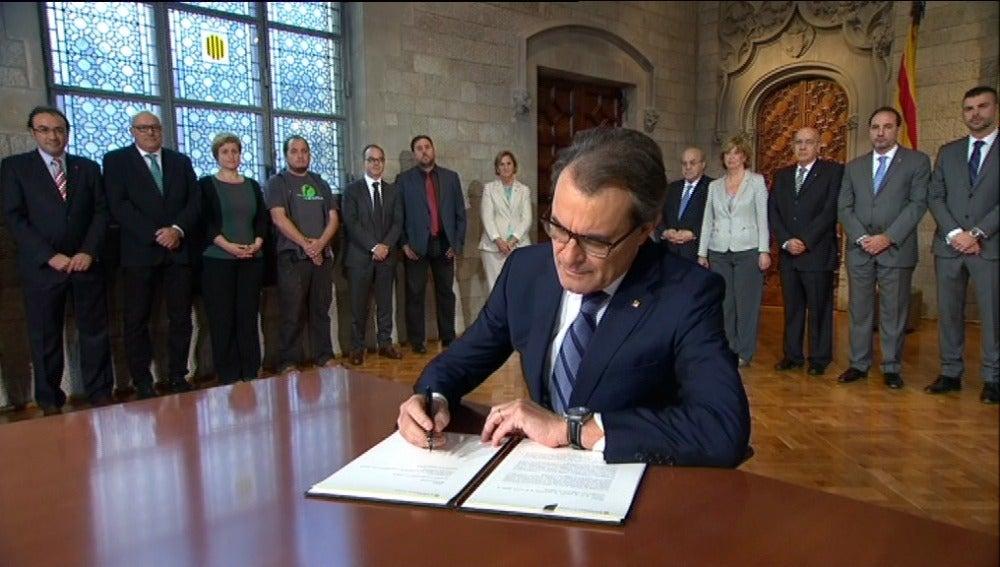 Artur Mas firma el decreto de convocatoria del 9-N