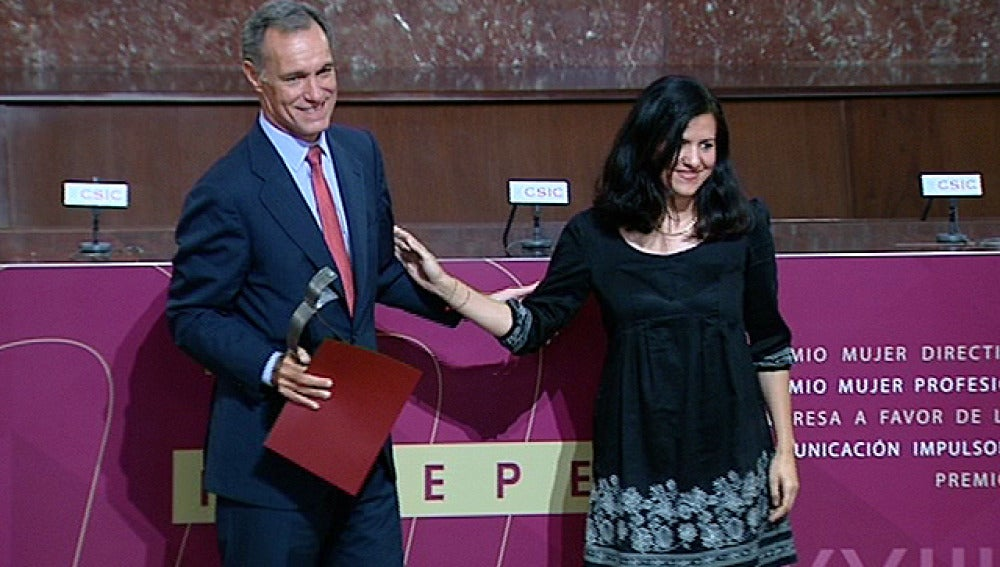 Silvio González recoge el premio otorgado por la FEDEPE a Atresmedia