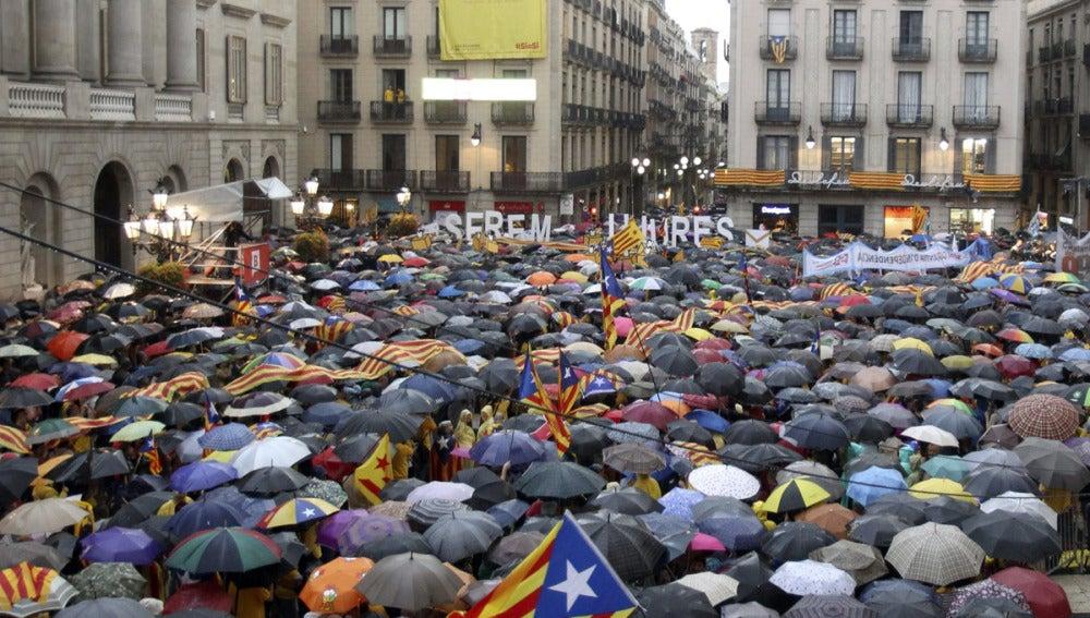 Miles de personas llenan en la plaza Sant Jaume de Barcelona