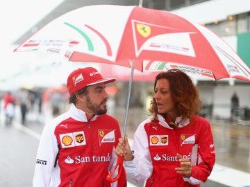 Alonso, con paraguas en Japón