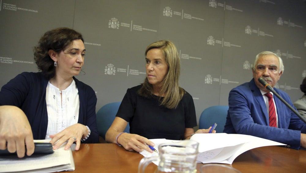 La ministra de Sanidad, Ana Mato, junto a Mercedes Vinuesa y Antonio Alemany