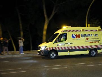 Ambulancia del SUMMA transportando a la paciente con ébola