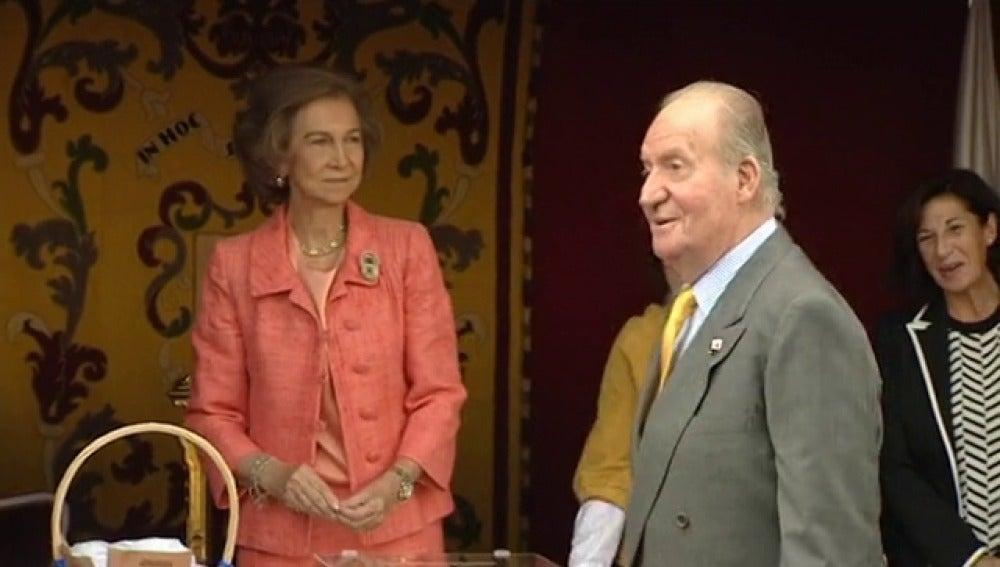 Las Reinas Letizia y Sofía presiden las mesas de Cruz Roja