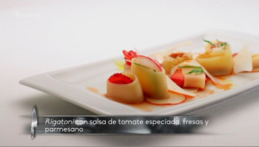 Rigattones con salsa de tomates especiada, fresas y parmesano