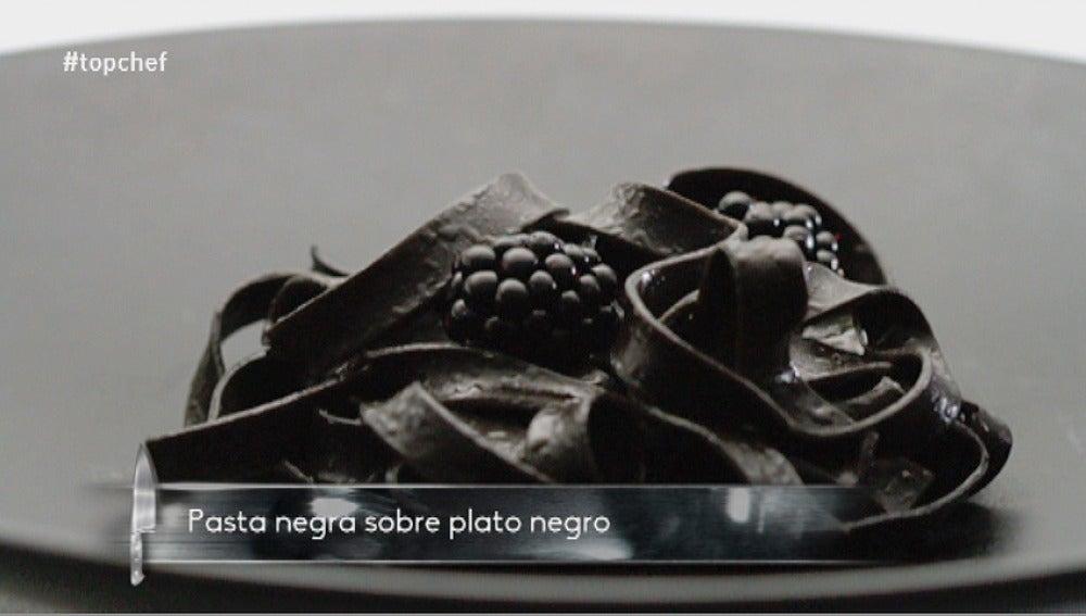 Pasta negra sobre plato negro