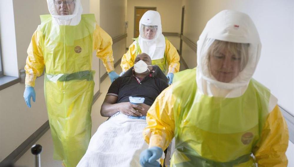 Los médicos atienden a un posible caso de ébola
