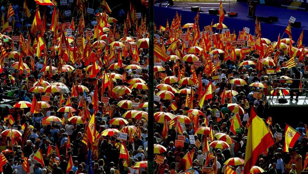 Miles de personas reunidas en Barcelona a favor de que Cataluña siga unida a España