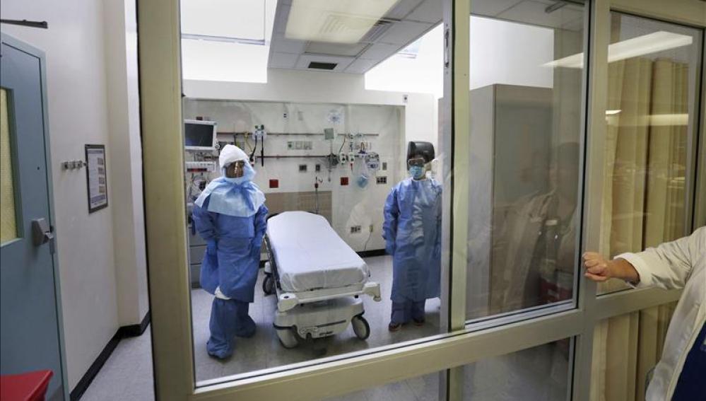 Enfermeros estadounidenses con el traje especial para tratar ébola
