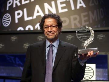 El escritor y periodista mexicano, Jorge Zepeda, con el Premio Planeta