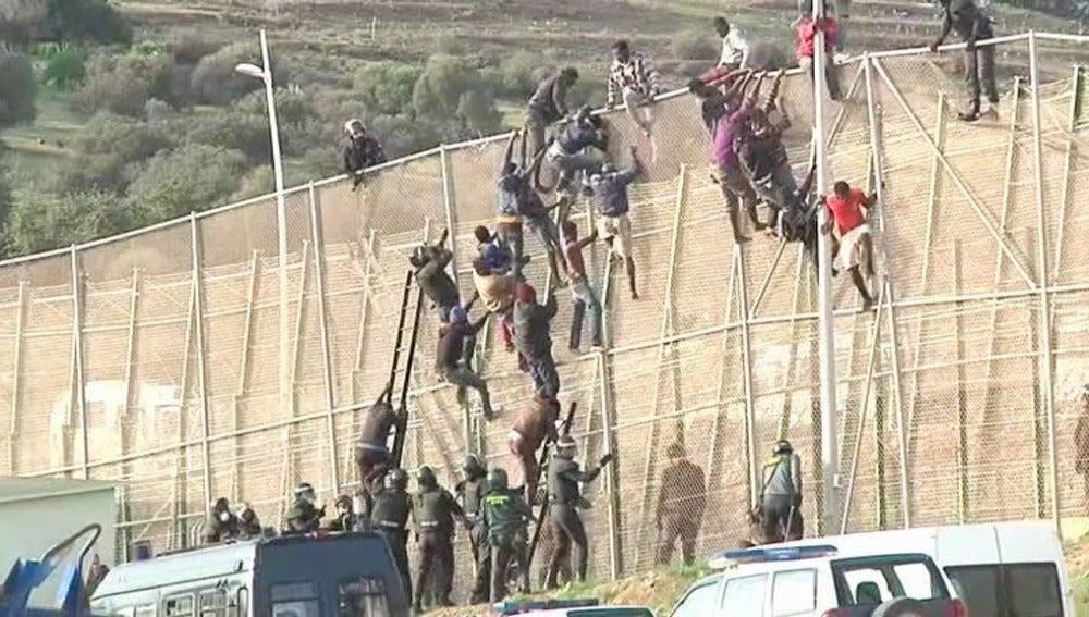 Inmigrantes intentan cruzar la valla de Melilla