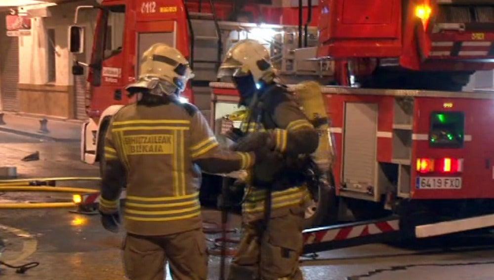 Bomberos en el incendio de Barakaldo
