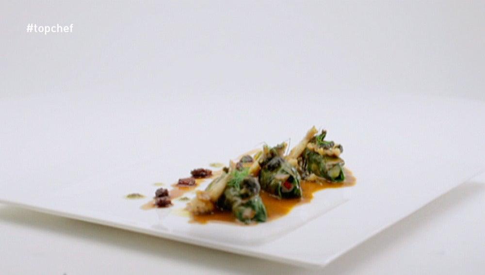 Enrollados de anguila y cangrejo en salsa de su guiso