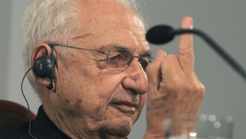 Frank Gehry hace una peineta