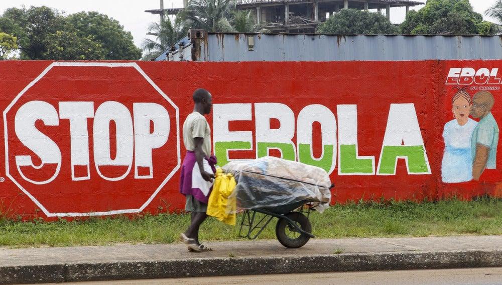 Un hombre camina por Monrovia