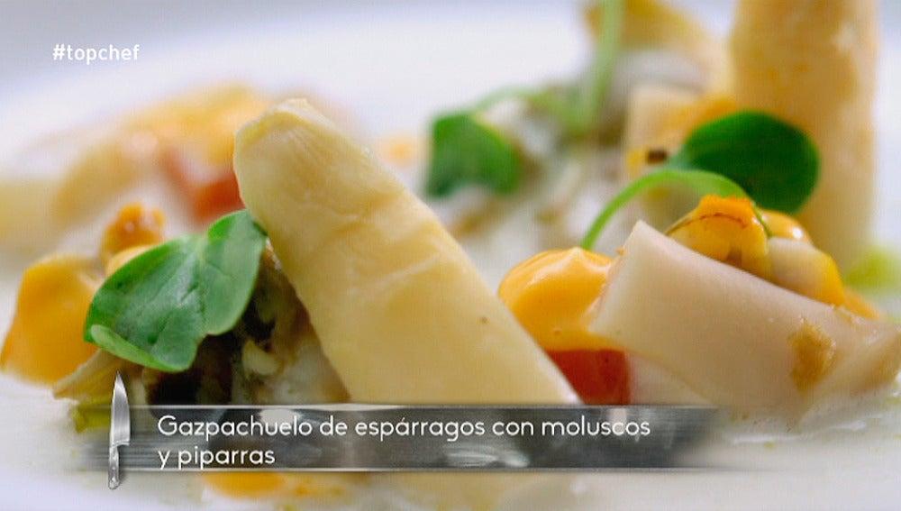 Gazpachuelo de espárragos blancos con moluscos y piparras