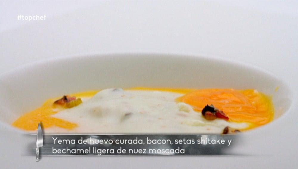 Yema de huevo curada, bacon, shitake y bechamel ligera de nuez moscada