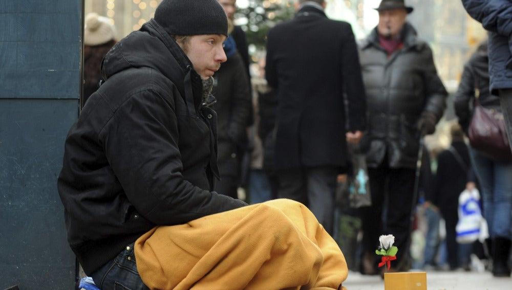 Un chico pide dinero en la calle