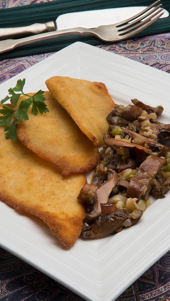 Filetes de pollo con níscalos, cebolleta y ajo
