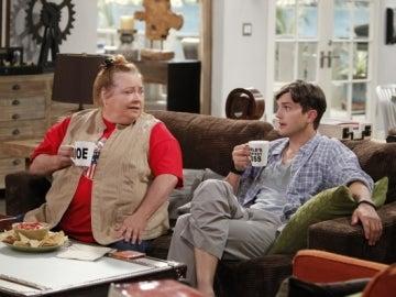 Conchata Ferrell y Ashton Kutcher en 'Dos hombres y medio'