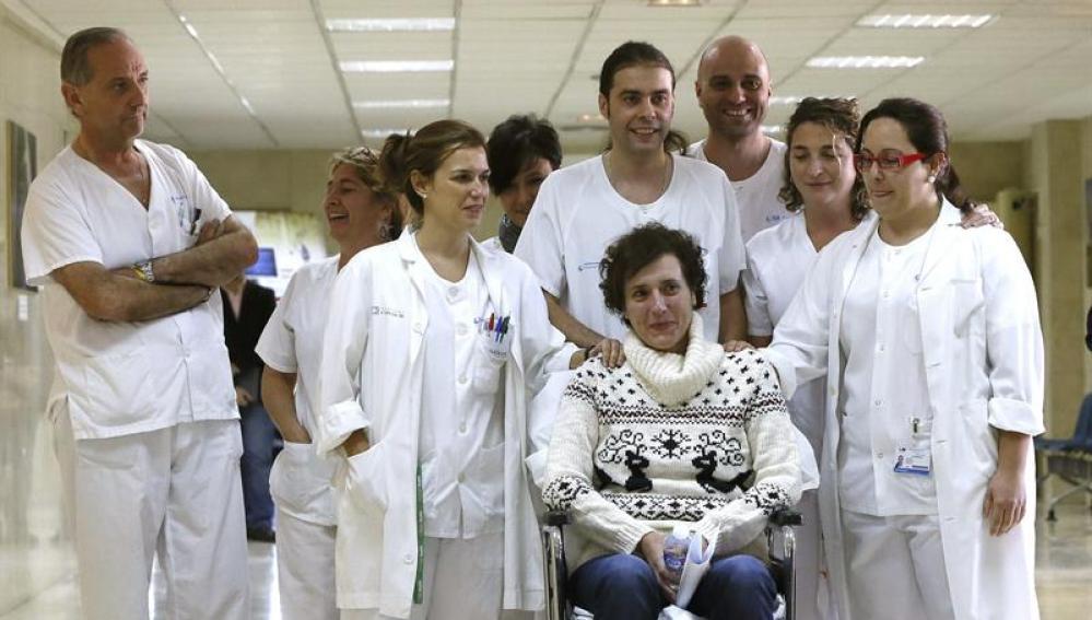 Teresa Romero con el equipo de Sanitarios que le atiende
