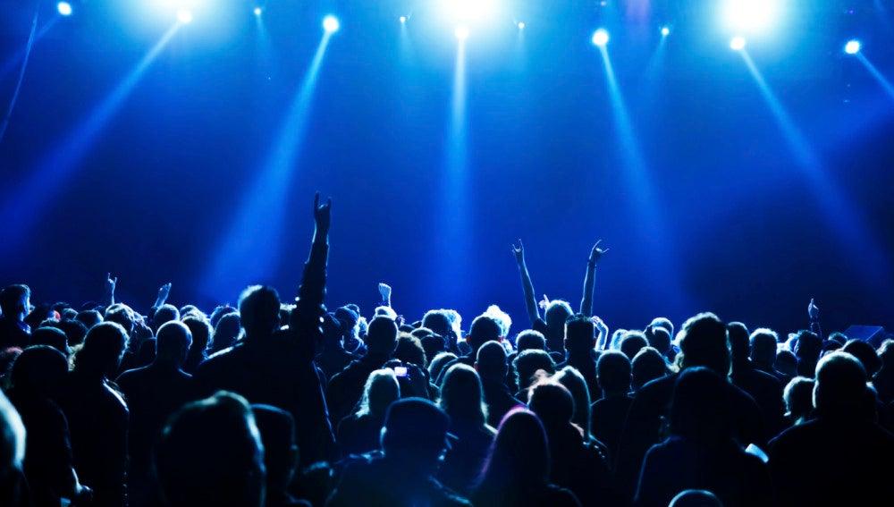 Imagen de archivos de un grupo de jóvenes en una discoteca