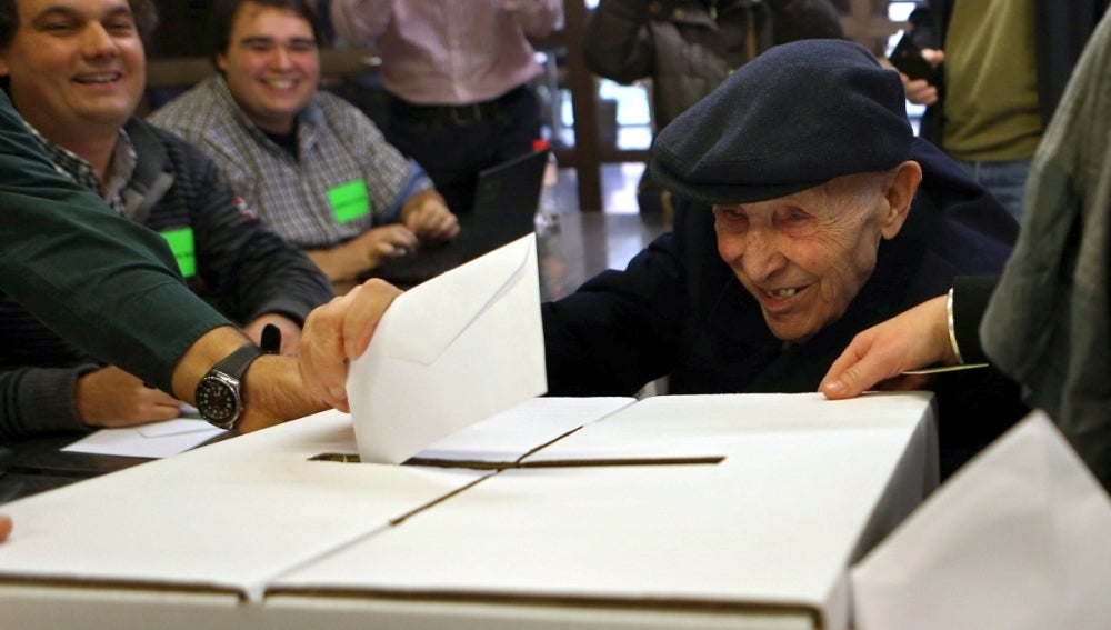 Un anciano de 93 deposita su papeleta