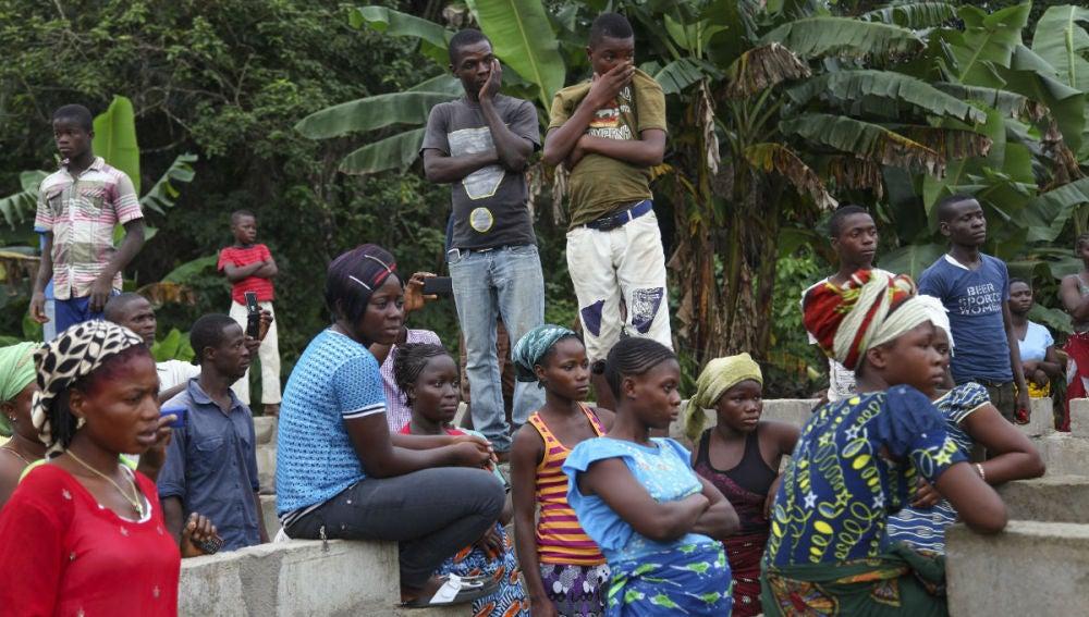 Varias personas asisten a un funeral en Liberia