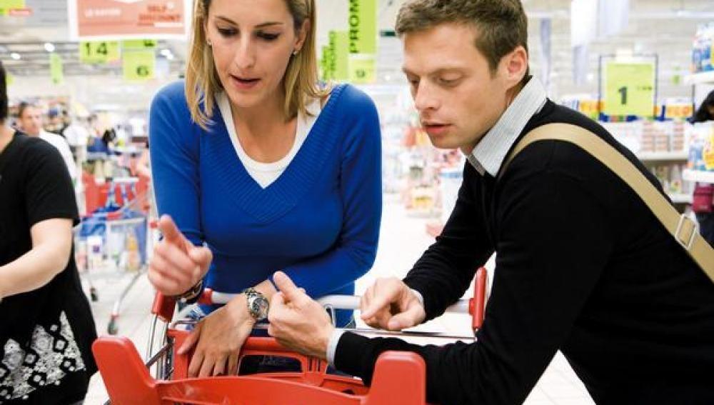 Una pareja compra en el supermercado.