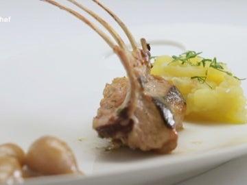 Carre de cordero braseado con patata ajo cabañil y escalonia glaseada con jugo de cordero