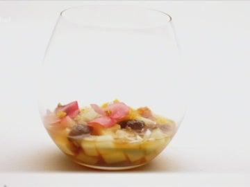 Ensalada de frutas y té verde