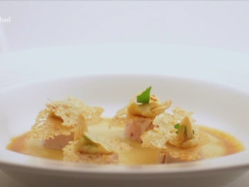Crema de cebolla, pollo a baja temperatura y crujiente de patata chip