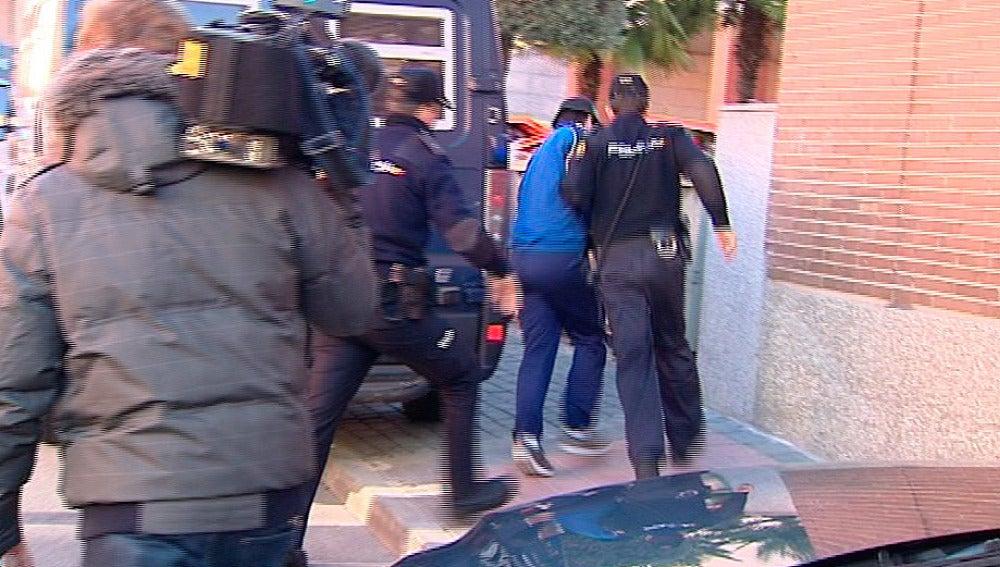 Agentes de la Policía Nacional reducen a un hombre en el tanatorio norte de Madrid