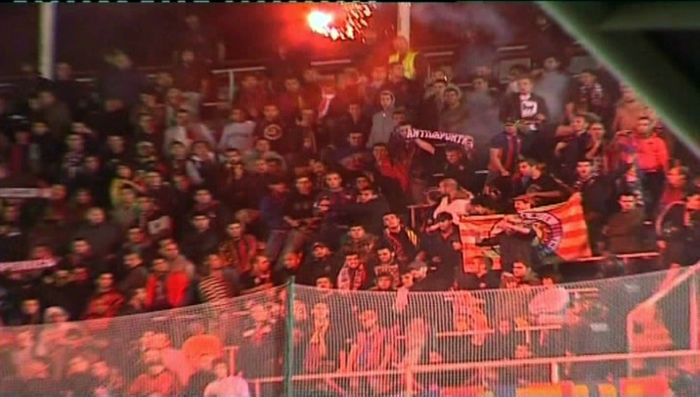Grupos ultras lanzan bengalas