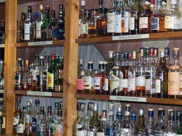 Mostrador con botellas de whisky
