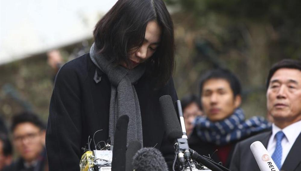 La exvicepresidenta de Korean Air, Cho Hyun-ah, pidiendo disculpas públicamente