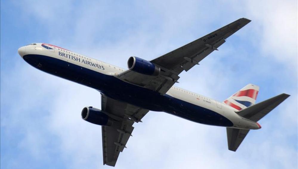 Un avión de 'British Airways' volando