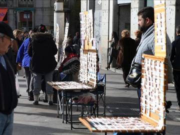 La Puerta del Sol como cada año se llena de puestos de venta de Lotería navideña