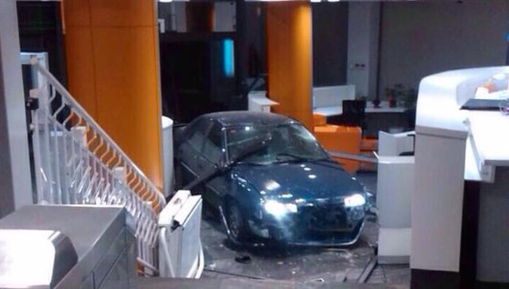 Imagen del coche empotrado en la sede del PP en Génova