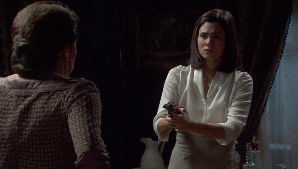 María apunta a Francisca con una pistola