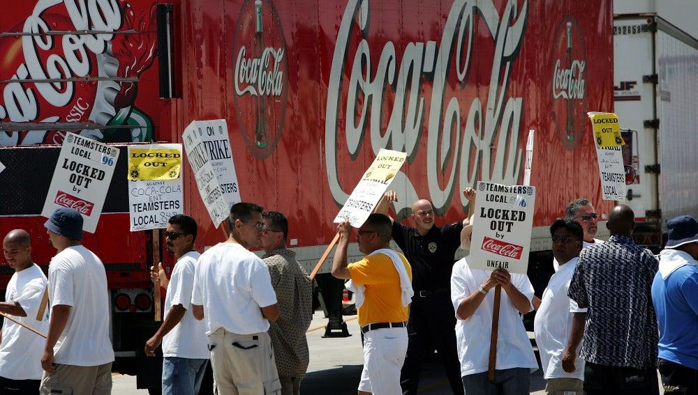 Trabajadores de Coca-Cola protestan por los despidos