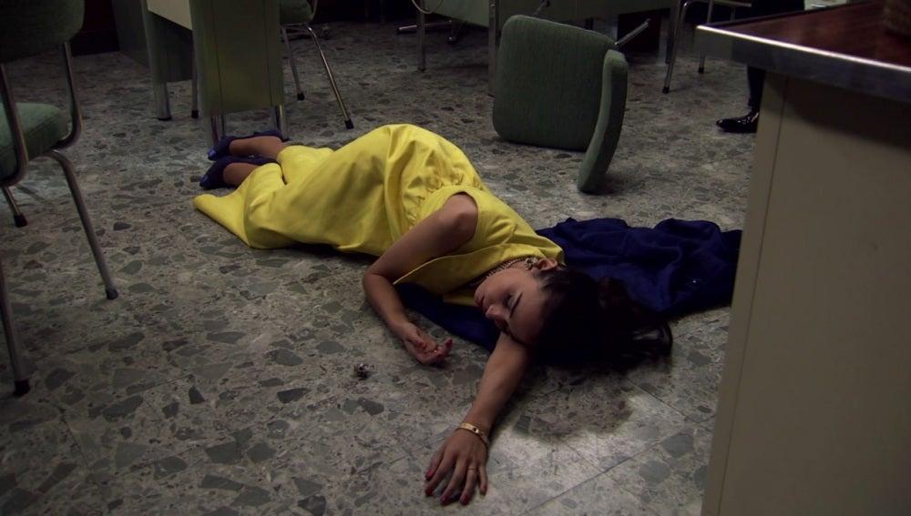 Laura desmayada