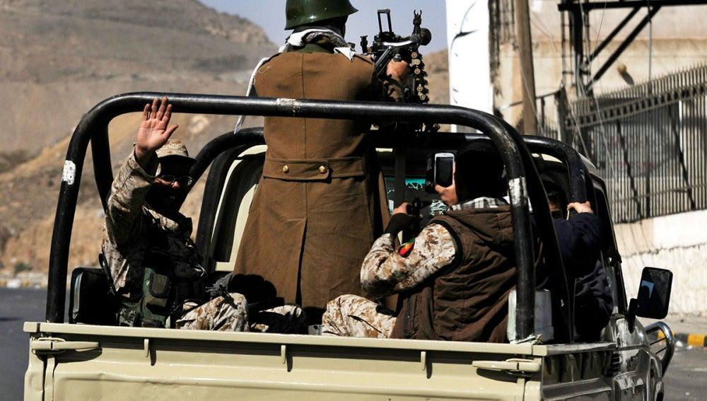 Milicianos del movimiento chií de los hutíes patrullan las calles cerca del palacio presidencial de Saná